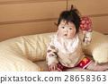 수유 쿠션 앞에서 오 공을 앉아 아기 28658363