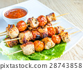 Grilled chicken skewers with cherry tomatoes 28743858