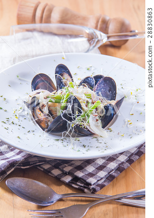 boiled mussels 28830863