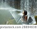 一個女人享受清澈的小溪 28894638