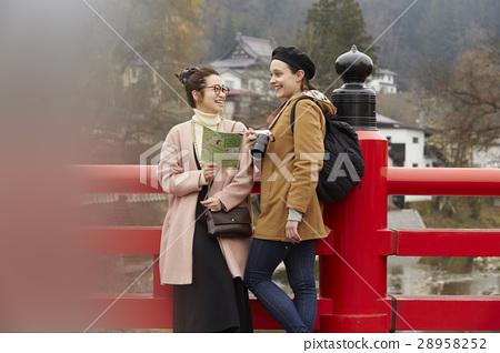 ผู้หญิงต่างชาติและผู้หญิงญี่ปุ่นเที่ยวชมถนนสายเก่า 28958252