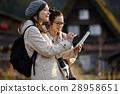 妇女在建筑中旅行与联合形成 28958651