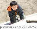 拿著繩索和上升傾斜的男孩 29050257