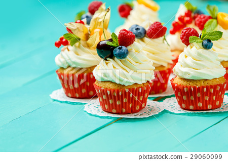 cupcakes with summer berries 29060099