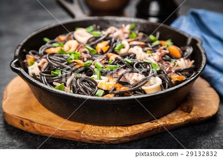 Black spaghetti with seafood 29132832