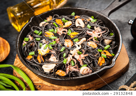 Black spaghetti with seafood 29132848