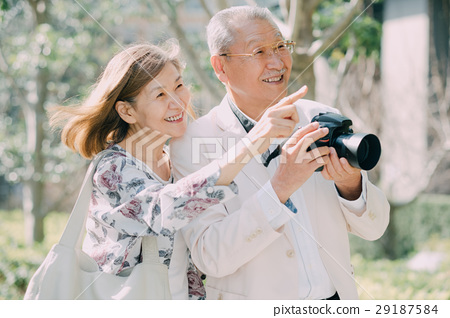 카메라를 가진 수석 부부 야외 29187584