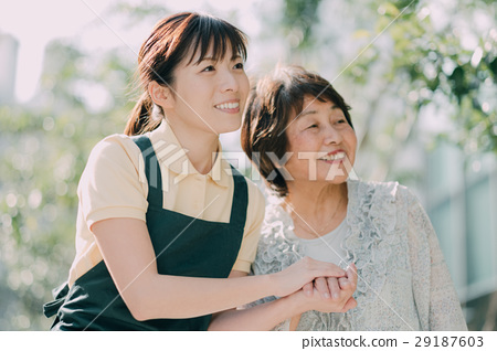 젊은 간병인과 노인 여성 29187603