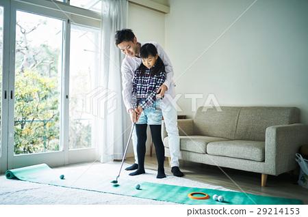 父母享受高爾夫球 29214153