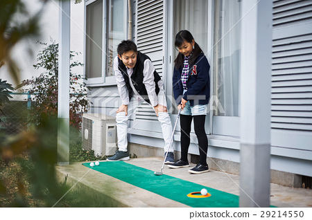 Parents enjoying golf 29214550