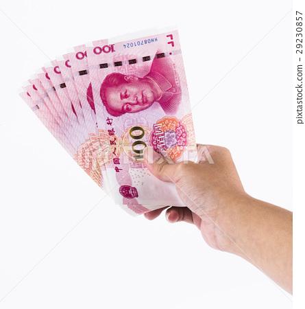 單手握人民幣在白色背景中 29230857