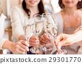 หญิงสาวสมาคมหญิง 4 คนขนมปังปิ้งร้านอาหาร 29301770