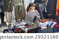 享受跳蚤市場的婦女 29321160
