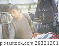 享受跳蚤市場的婦女 29321201