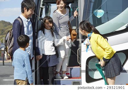 游客 乘公交旅行 车长 29321901
