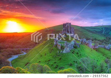 Ruins of the Corfe castle at beautiful sunrise, UK 29337562