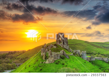 Ruins of the Corfe castle at beautiful sunrise, UK 29337563