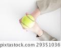 拿着网球的妇女的手 29351036