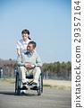乘坐輪椅和照料者的資深男性 29357164