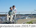 乘坐輪椅的老人與照料者 29357184