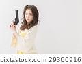 장난감 권총을 가진 여성 29360916