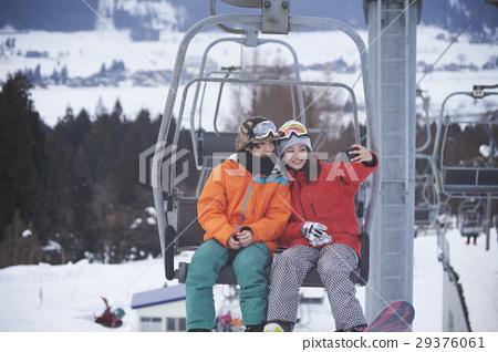 滑雪勝地夫婦搭乘電梯 29376061