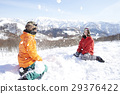 一对夫妇在雪地里玩 29376422