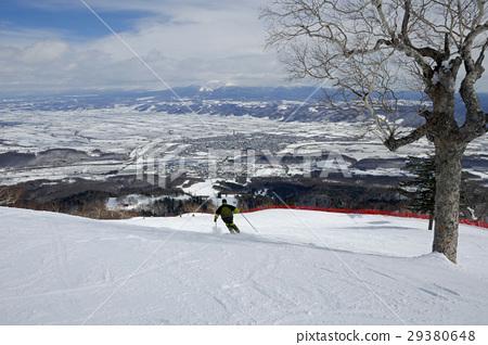 富士野滑雪勝地滑雪者在山頂附近 29380648