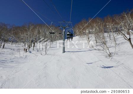 在富良野滑雪勝地的頂部附近搭乘電梯 29380653