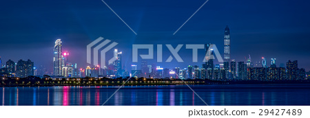 深圳,中國的高層建築群夜視圖寬全景 29427489