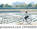 サイクリングをしている女性 29496899