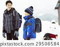 生活在多雪的国家的家庭通勤风景 29506584