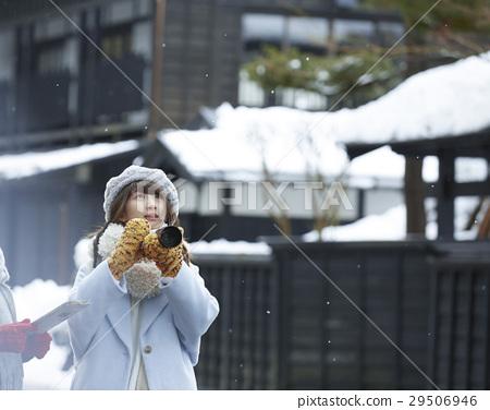 冬天女孩在冬天雪風景湖邊城堡鎮旅行 29506946