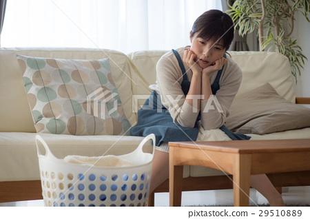 一名年轻女子厌倦了做家务 29510889