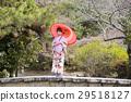 교토 부 교토시 히가시야마 구 마루야마 공원의 돌다리 위에서 우산을 바른다 기모노 차림의 젊은 여성 29518127