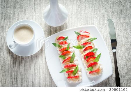 Meringue cake with cream and fresh strawberries 29601162
