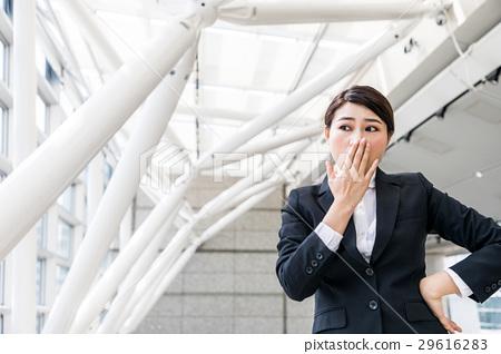 把她的手放的婦女在她的嘴上 29616283