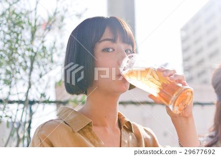 一個女人喝啤酒 29677692