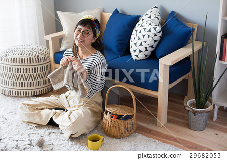 북유럽 여자 뜨개질을하는 여성 29682053