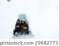 ผู้หญิงเดินทางในฤดูหนาว Snowscape 29682773