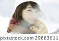 一個女人在雪地上 29683011