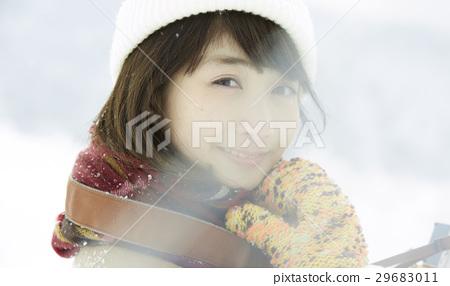 一个女人在雪地上 29683011