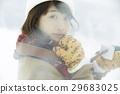 一個女人在雪地上 29683025