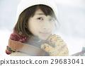 一個女人在雪地上 29683041