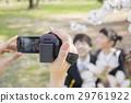 아이의 입학 장면을 촬영하는 어머니 29761922