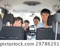 乘車的家庭在汽車裡面 29786201