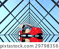 좌우 대칭의 유리 터널의 빨간색 자동 운전 차량 29798356