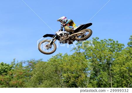 모터 사이클 경주 모터 크로스의 화려한 점프 장면 29999332