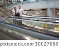 Senior couple traveling around the city 30027090