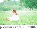 잔디에 앉아 여성 30061802